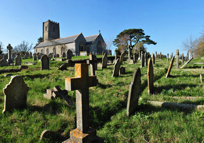 difference between cemetery and graveyard in english